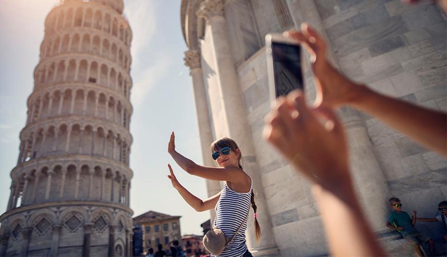 menina tirando foto com monumento