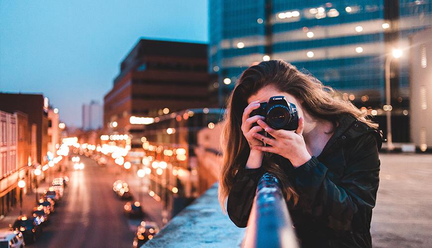 menina sendo fotografada enquanto tira outra foto