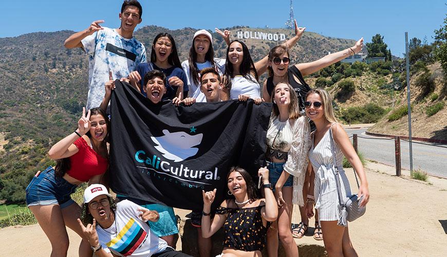foto dos intercâmbistas em frente ao letreiro de hollywood