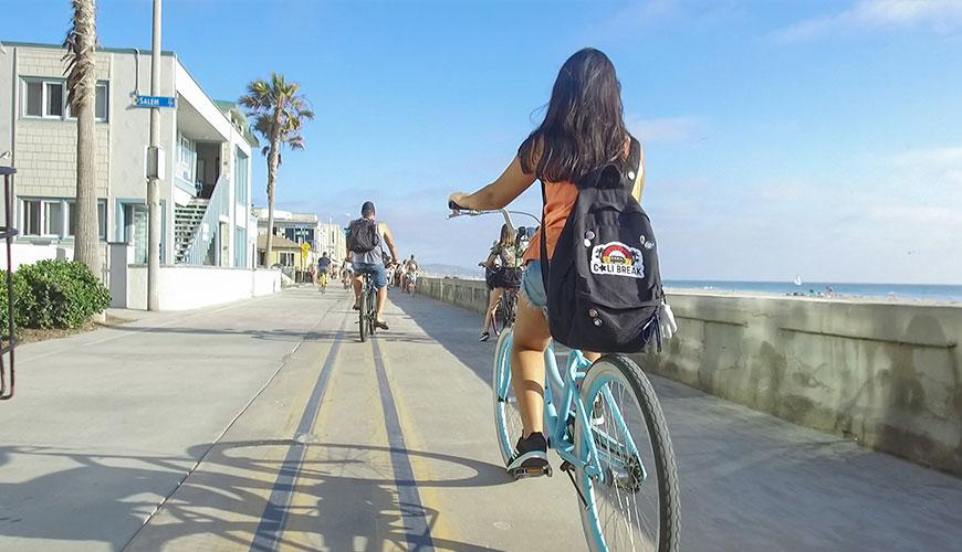 garota andando de bicicleta em San Diego